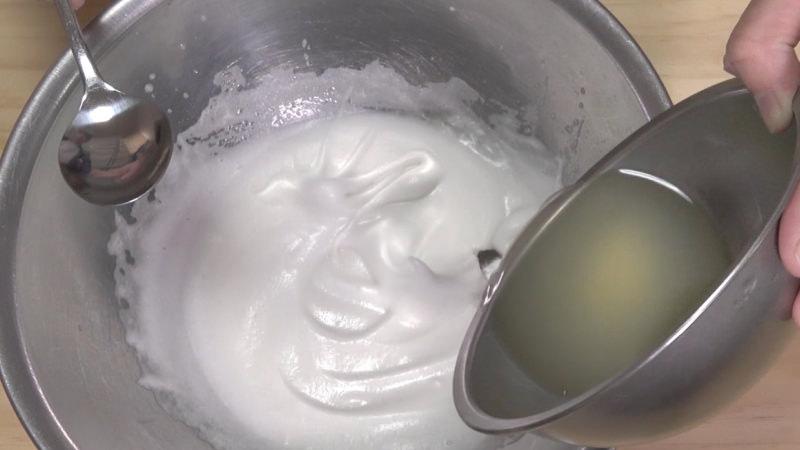 泡だてた卵白とミックス